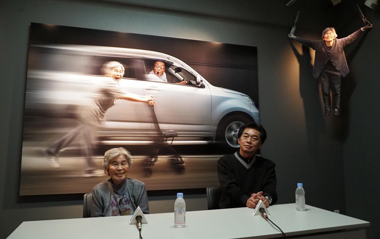 画像: 西本喜美子さんと長男でアートディレクターの西本和民氏。 www.epson.jp