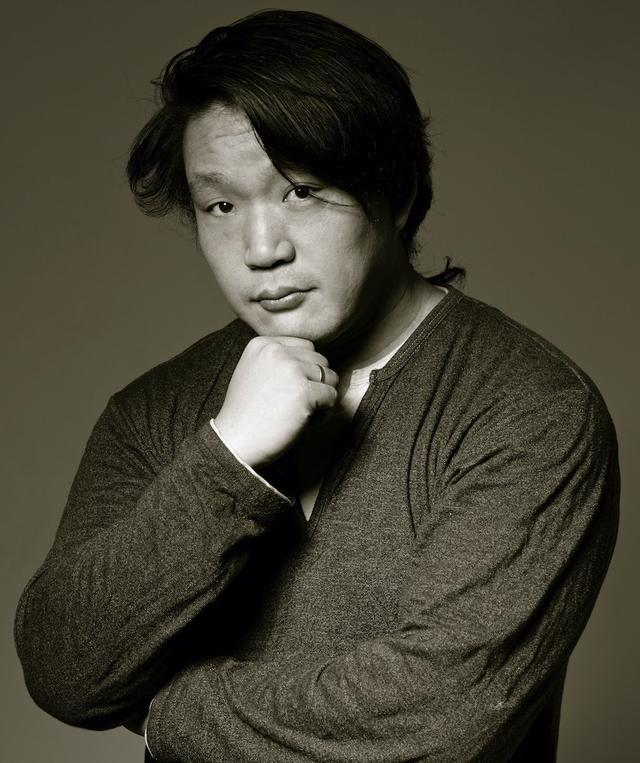画像: 東京都世田谷区出身。ロシア・ウラジオストク在住。人物撮影をメインとする写真家として活動し、patPhotoStudio代表。ツアーコーディネーター、現地ガイドなどの依頼も多い。 http://pat.main.jp/ が安達さんのHP。フェイスブックは https://www.facebook.com/takashi.adachi1 www.instagram.com