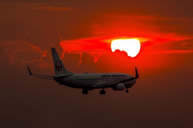 """画像: 傾いてきた太陽が加速しながら沈んでいく。丸い太陽も良いが雲に挟まれた太陽のほうが、面白味が増すだろう。この瞬間の数十秒前から""""早く飛行機が来てくれ""""と祈っていた。 ■XF100-400mmF4.5-5.6 R LM OIS WR 絞りF7.1 1/500秒 ISO400"""