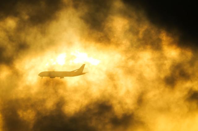 画像: 羽田にしては珍しく低層の雲が湧いていて、朝陽の眩しさをうまく抑えてくれた。とはいえ、時折急に朝陽が顔を出す。露出オーバーにならないよう常にファインダーを覗いて確認しながら撮影した。 ■XF100-400mmF4.5-5.6 R LM OIS WR+XF1.4X TC WR 絞りF9 1/400秒 マイナス1.3露出補正 ISO200