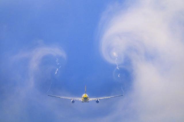 画像: 悪天候だからこそ成田へ向かった。厚い雲だと機体が雲の中に吸い込まれてしまう。この日は雲の流れもあって理想的な厚みの雲はほとんど無い。しかも飛行機は狙ったところをなかなか通過してはくれなかったが、諦めずに狙い続けて撮れた。 ■XF100-400mmF4.5-5.6 R LM OIS WR 絞りF8 1/1600秒 ISO200 *共通撮影データ=フィルムシミュレーション:ベルビア