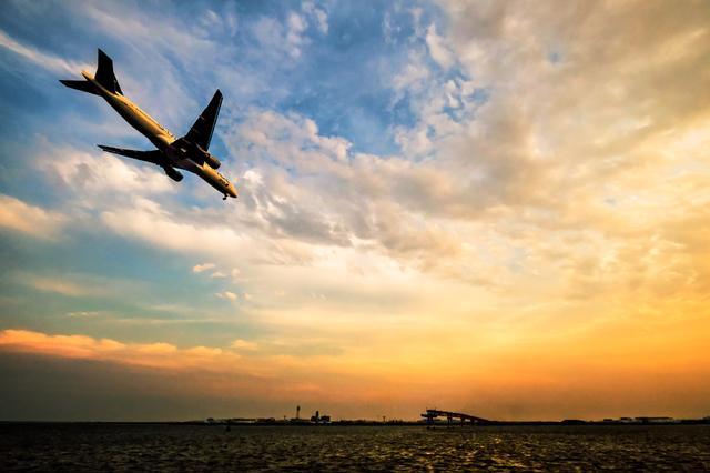 画像: 雲が色付いてきた。ワイド感を出したいなら広角に限る。なるべく角に飛行機を置くことで広がり感を表現できる。そして一番条件が良い時にスペシャルマーキングの機体が飛び込んで来てくれた。 ■XF10-24mmF4 R OIS 絞りF8 1/500秒 ISO500