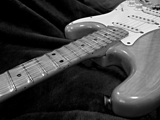 画像: スキャロップド指板のアールと弦の直線の対比…って、やっぱりこーゆーのはキッチリ撮ってナンボ。