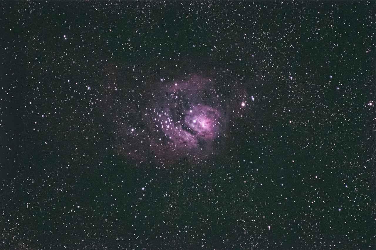 画像: 夏の代表的星雲M8。120秒露光では長秒時ノイズが処理しきれないため、5カットを加算平均した。光学系自体が小さいので、小さめの赤道儀で気軽に撮影できるのがいい。夏の代表的星雲M8。120秒露光では長秒時ノイズが処理しきれないため、5カットを加算平均した。光学系自体が小さいので、小さめの赤道儀で気軽に撮影できるのがいい。 ■ X F100-400mmF4.5-5.6R LM OIS WR+フジノン テレコンバーター XF2X TC WR 絞りF11 1/120秒 ISO3200 フィルムシミュレーション:アスティア