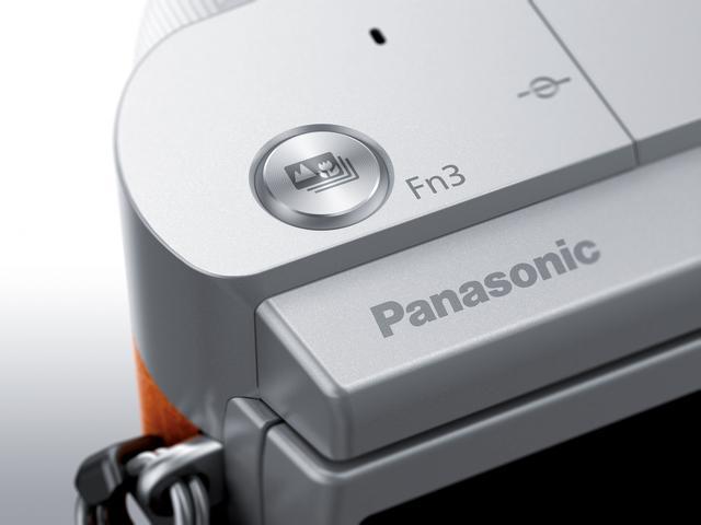 画像: ▲モニターをチルトするだけで、Fn3(フォーカスセレクト)ボタンがシャッターボタンとして機能するので、カメラを自分に向けても右手でシャッターが切れる。