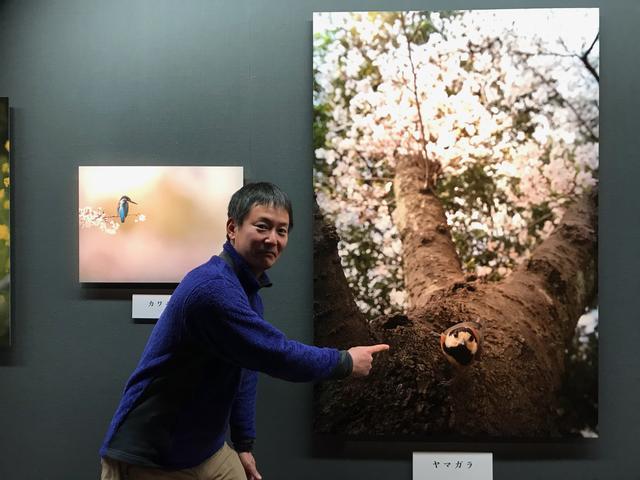 画像: ▲お気に入りの作品を前にする山田芳文さん。 cweb.canon.jp