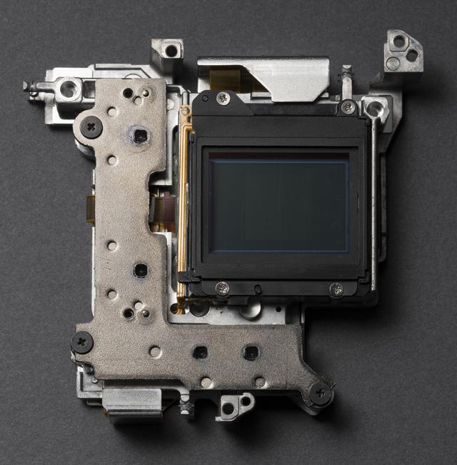 画像: ▲ボディ内手ブレ補正機構は3 軸加速度センサー・3 軸ジャイロセンサー・専用デュアルプロセッサーが連動し毎秒約1万回の高速演算および補正動作を行う。5軸に対応し、効果が2.5段分となる10-24mmなどを除くほぼすべての光学式手ブレ補正機能非搭載純正レンズの装着時において5段以上(最大5.5段 )の効果を実現した。 fujifilm-x.com