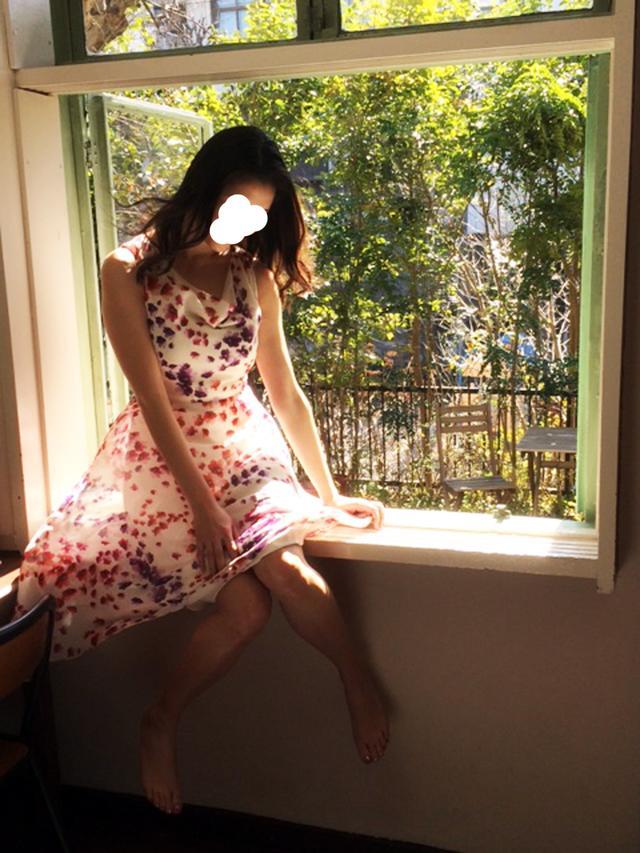 画像: 下から送風機を使用して、スカートふわりっ!