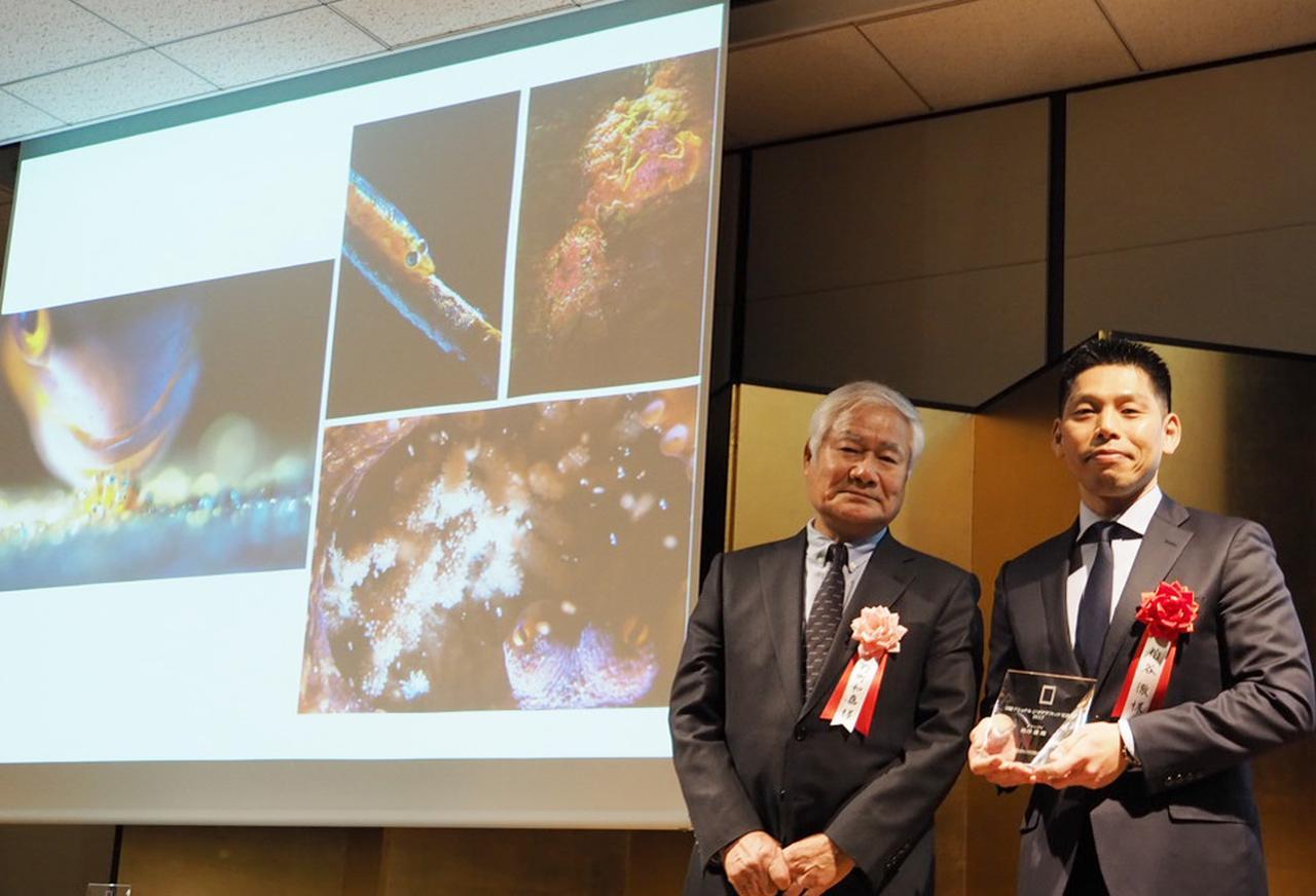 画像: グランプリを獲得した粕谷徹氏(写真右)と写真家の野町和嘉氏(写真左)。