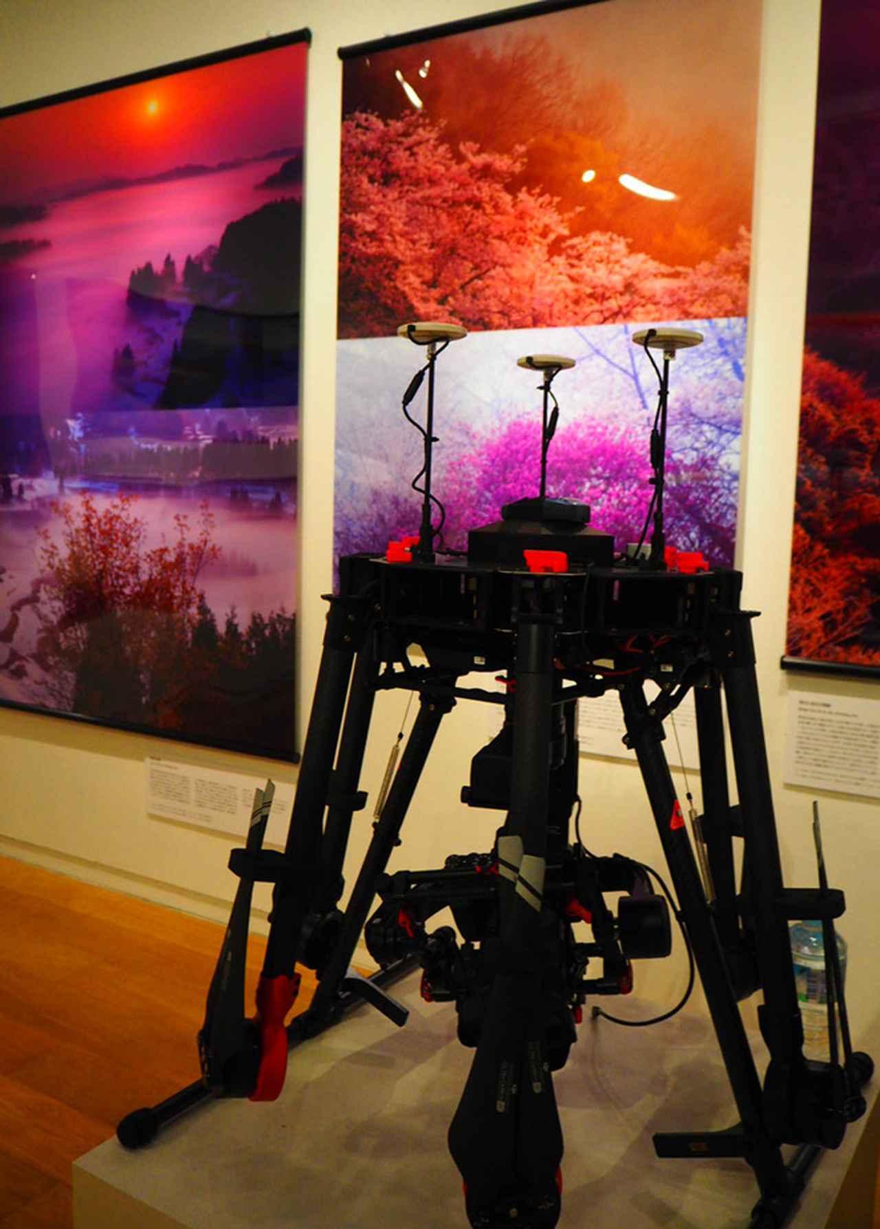 画像: 林 明輝氏が撮影に使用するドローンも展示される。 www.sony.co.jp