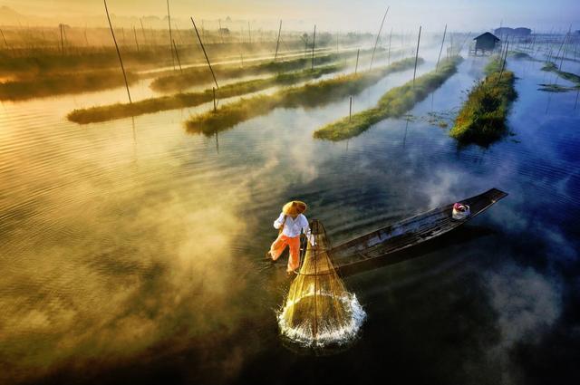 画像: ●撮影:Zay Yar Lin(ミャンマー) ミャンマーのインレー湖で、ボートを漕ぎながら網を仕掛ける漁師。 ■焦点距離23mm 絞りF11 1/320秒 www.skypixel.com