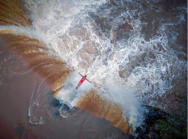 画像: 「60歳の彼はフォールズダイビングのギネス記録保持者。有名な中国の黄河、黒竜江省の大きな滝から飛躍して世界を驚かせた瞬間。激しさと美しさをひとつに融合させた空中の姿勢…このショッキングな飛躍の瞬間を永遠に記憶に留めたい」 ■焦点距離4.7mm 絞りF2.2 1/200秒 www.skypixel.com