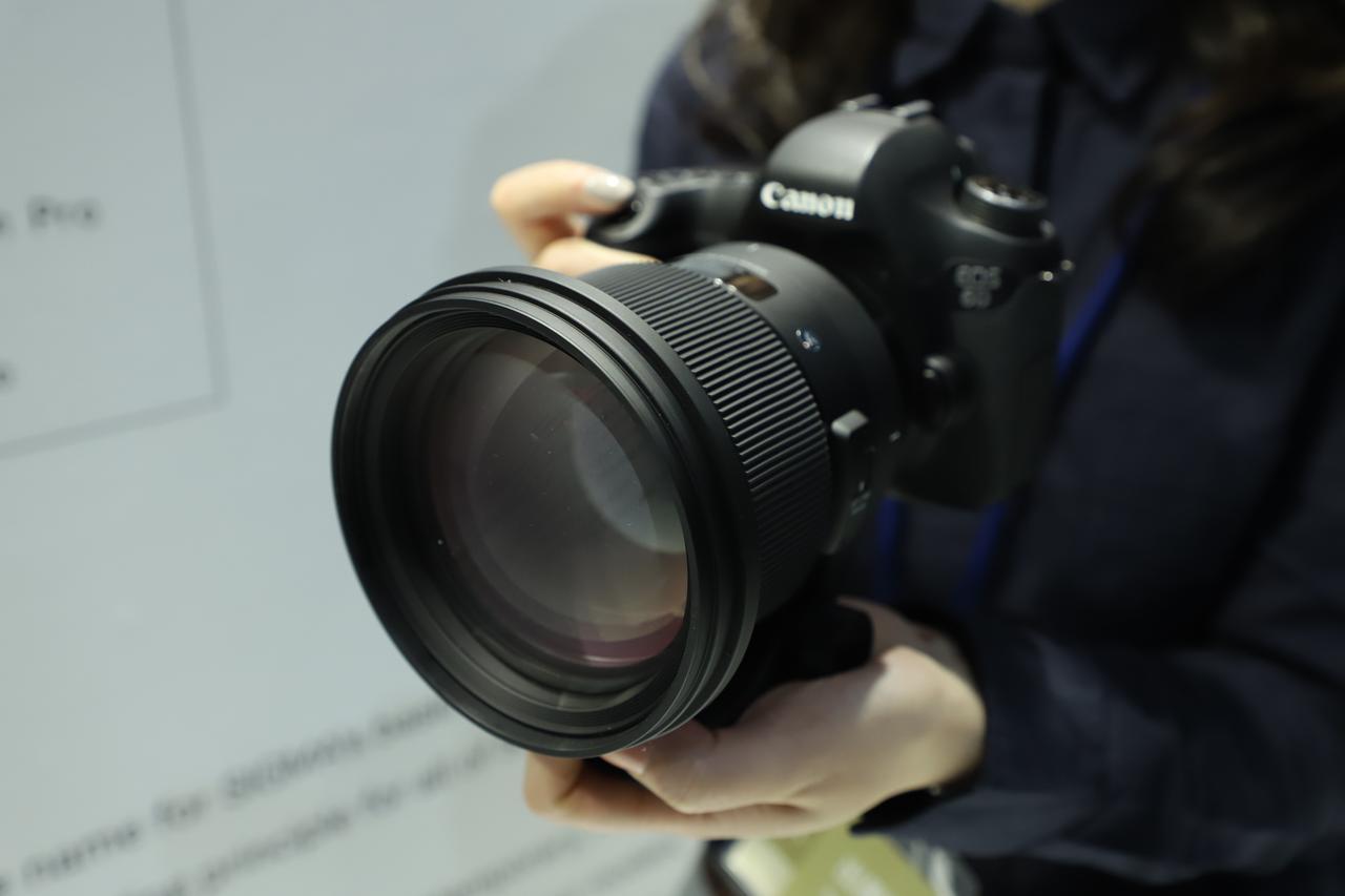 画像1: 注目のレンズは開発中の2本! 105mmF1.4と70mmF2.8!