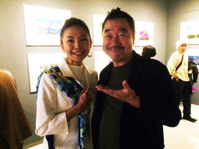 画像: 右は写真家・山岸伸氏。三佳さんに撮影を勧めた、いわゆる師匠です。