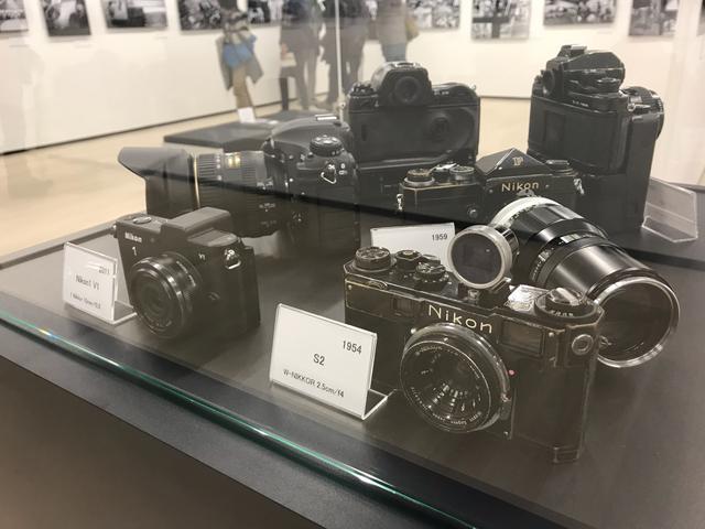 画像: ▲中谷さんの歴代の撮影機材も展示されている。