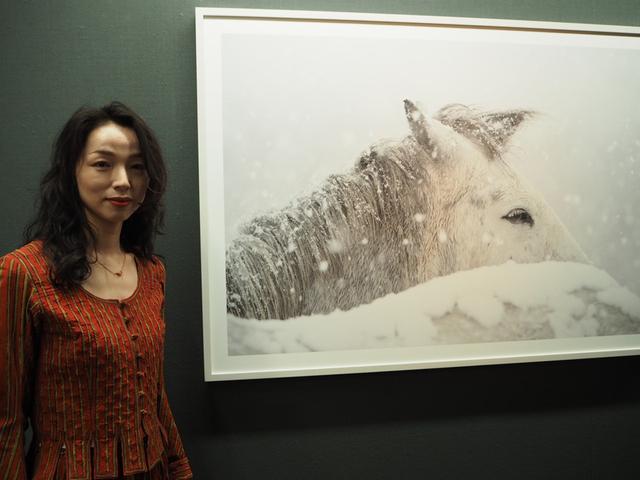 画像: モデルも務めるだけあって、ひときわ目を引く美貌の串田明緒さん。撮影中は相当寒かったのでは?という問いに「撮影に夢中で全然寒くありませんでした」(明緒) cweb.canon.jp
