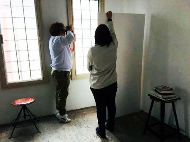 画像2: 某月某日、カメラマン5月号の表紙撮影が行われました。築88年!という建造物内にある都内のハウススタジオで。