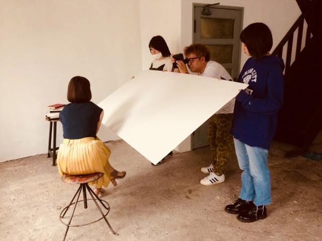 画像1: 某月某日、カメラマン5月号の表紙撮影が行われました。築88年!という建造物内にある都内のハウススタジオで。