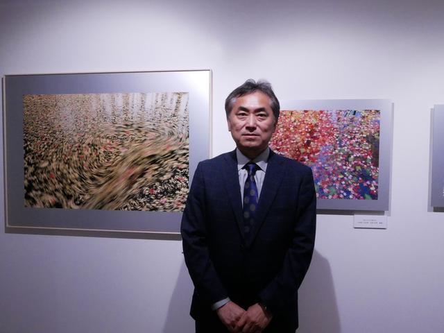 画像: ▲展示作品と高橋真澄さん。 www.ricoh-imaging.co.jp
