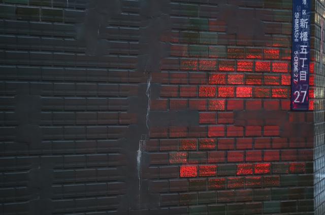 画像: ISO12800 1/60秒 マイナス1.3露出補正。赤いのは自動車のテールライト。右上の文字が大きくズレている。端の合成は苦手なのか?