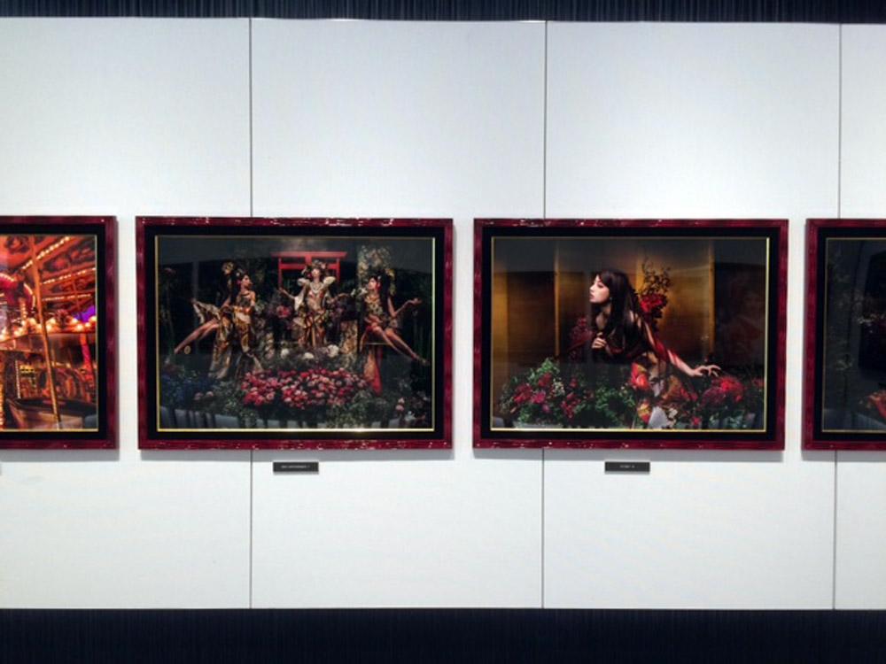 """画像: HASEO写真展『RED ~Predators Of The City Ⅸ』。そのコンセプトは""""赤より赤い赤がある!""""。"""