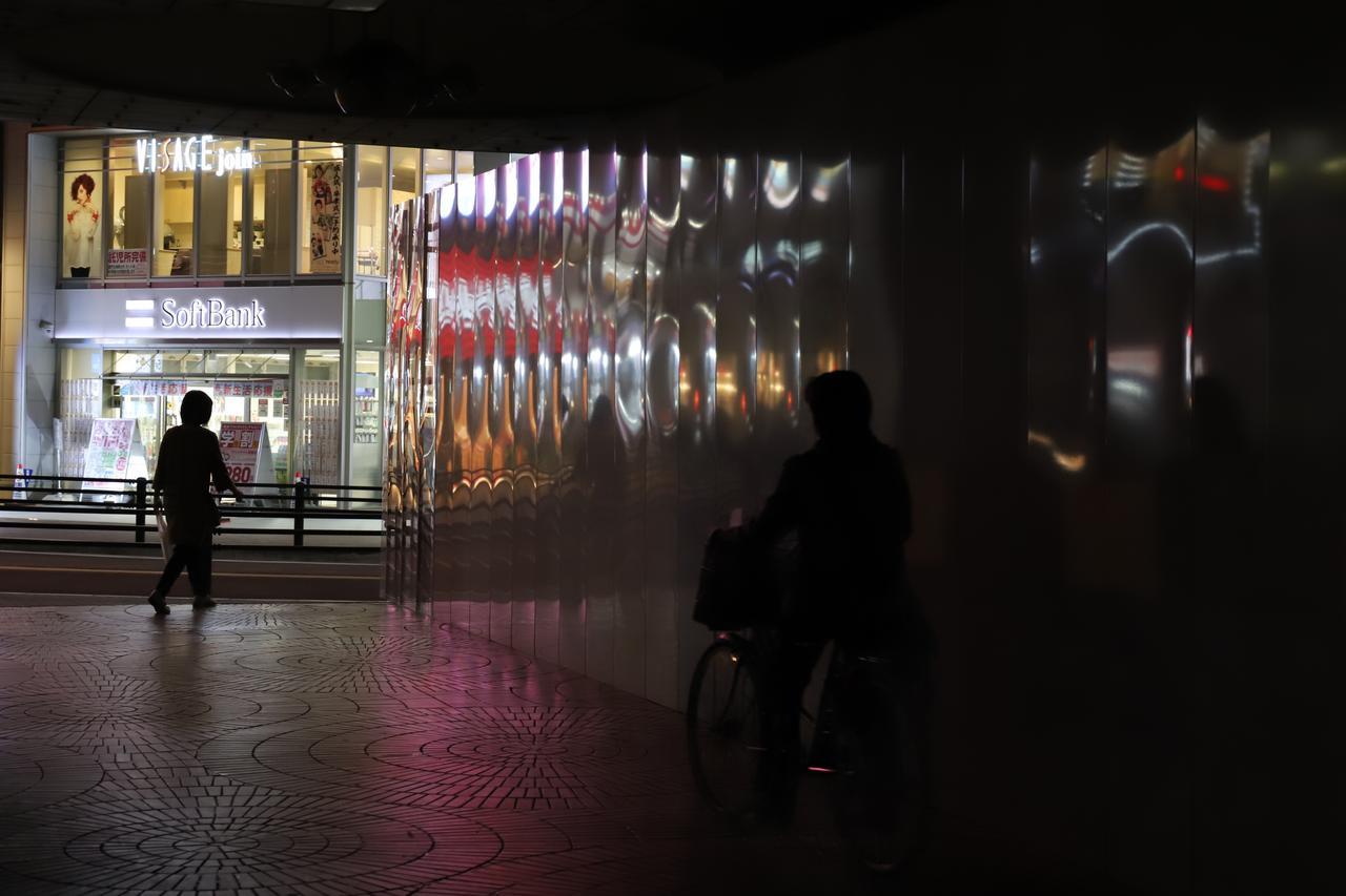 画像: ISO5000で1/125秒。画面内にそれなりの光源=明るさがあれば、動いている人のブレもそれほど気にならない感じ。