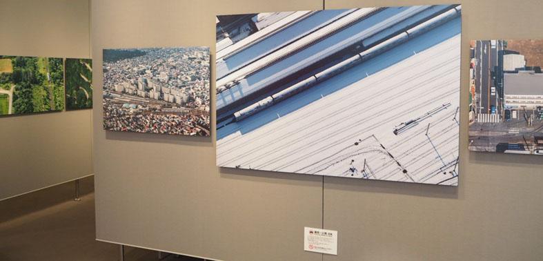 画像: 会場には大小約50点の作品が展示されている。「これほど大きなプリントも展示できたなんて、私も驚いていますよ」と吉永氏。