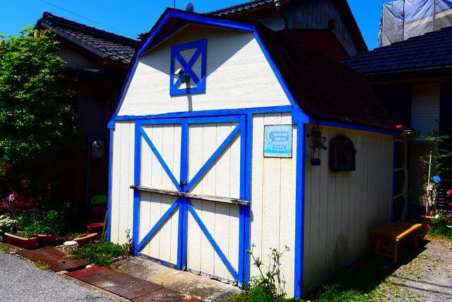 画像: 実物はヨロヨロの小屋なのですが、なんか「お菓子の家」みたいで不気味によくない?