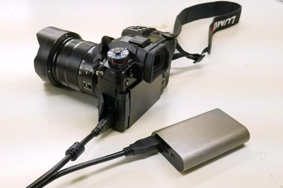画像: 内蔵バッテリーの消耗後は、容量1万mAhのモバイルバッテリーからのUSB給電に切り替えることで1日中撮影を続けられた。主に写真に写っているG9 PRO同梱の給電用ケーブルを使用したが、手持ちのUSB2.0マイクロBケーブルでも給電できた。