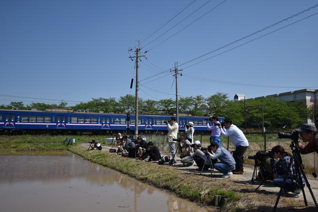 画像: 手前の田んぼを利しての「水鏡」にチャレンジ。車両通過時に風が止むかどうかは運次第!