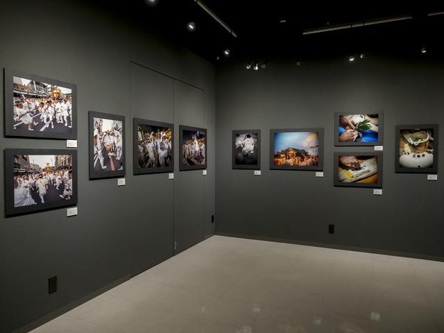 画像: 会場の様子。約50点の作品が展示されている。