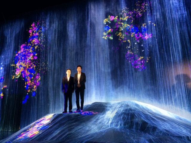 画像: 挨拶する佐伯直幸エプソン販売株式会社社長(左)と、猪子寿之チームラボ代表。