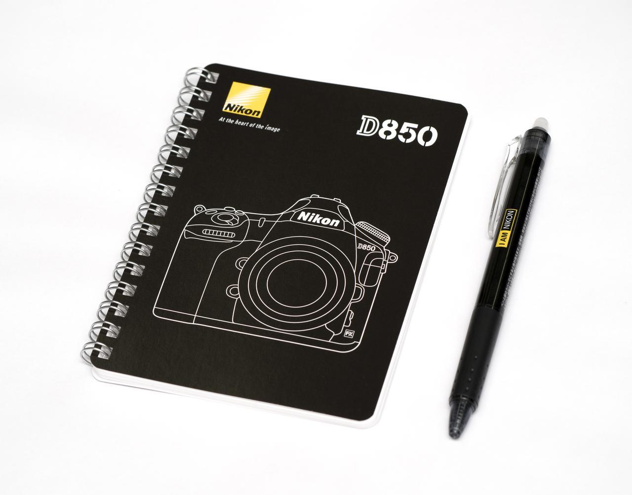 画像: D850リングノートとフリクションペン。リングノートの大きさはA6サイズ(105×148mm)。
