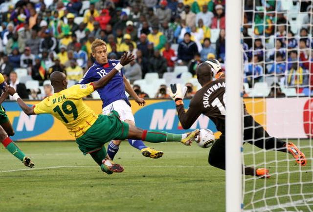 画像: カメルーン戦でゴールを決める瞬間の本田圭佑選手。(2010年南アフリカ大会)■102065163、Ian Walton/Getty Images