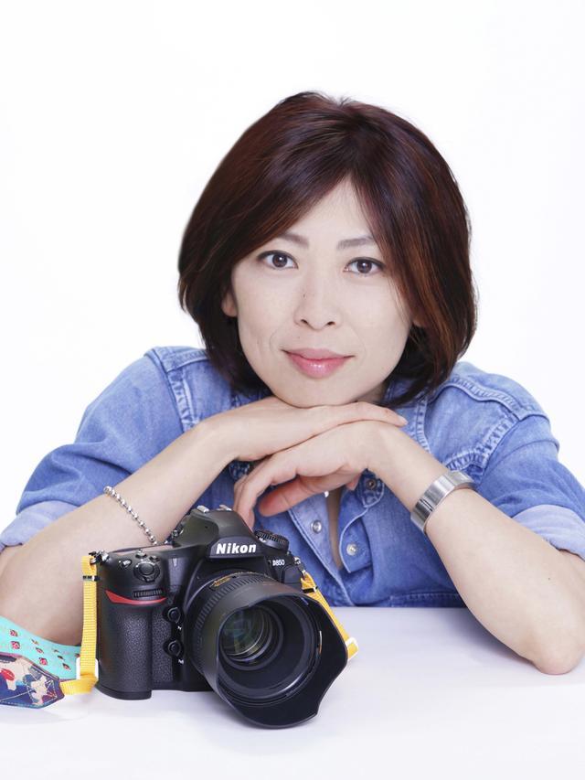 画像: 東京都出身。東京工芸大学短期大学部 写真技術科卒業。株式会社資生堂 宣伝部入社。退社後フリーランスに。写真家として都内中心に個展・グループ展を開催。企画からイベント、講座やセミナーなどへも活動。主に化粧品などの広告写真を撮り続けてきたことが基本となり、作品にも「美」のある写真を作り続けている。また内面からの美しさも追求しており、太極拳のインストラクターの資格も取得。写真集に「HOPSCOTCHINGS」、「知のフラグメンツ」。公益社団法人 日本広告写真家協会(APA)正会員。公益社団法人 日本写真家協会(JPS)会員。ニッコールクラブ顧問