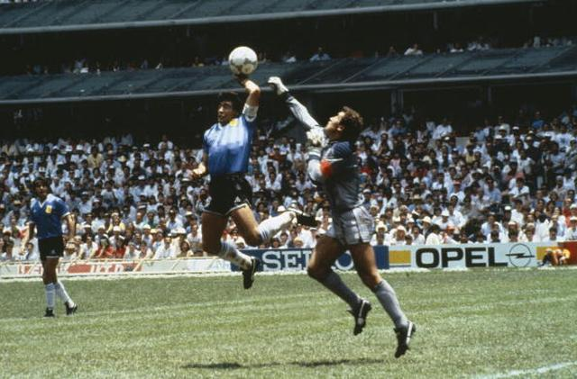 画像: マラドーナの「神の左手」ゴール。(1986年南メキシコ大会 アルゼンチンvs イングランド)■78986258、Bob Thomas/Getty Images