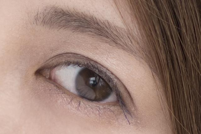 画像: ピントを合わせた左目の拡大。ピントチェックは目の玉ではなくてまつ毛のシャープさを確認しましょう