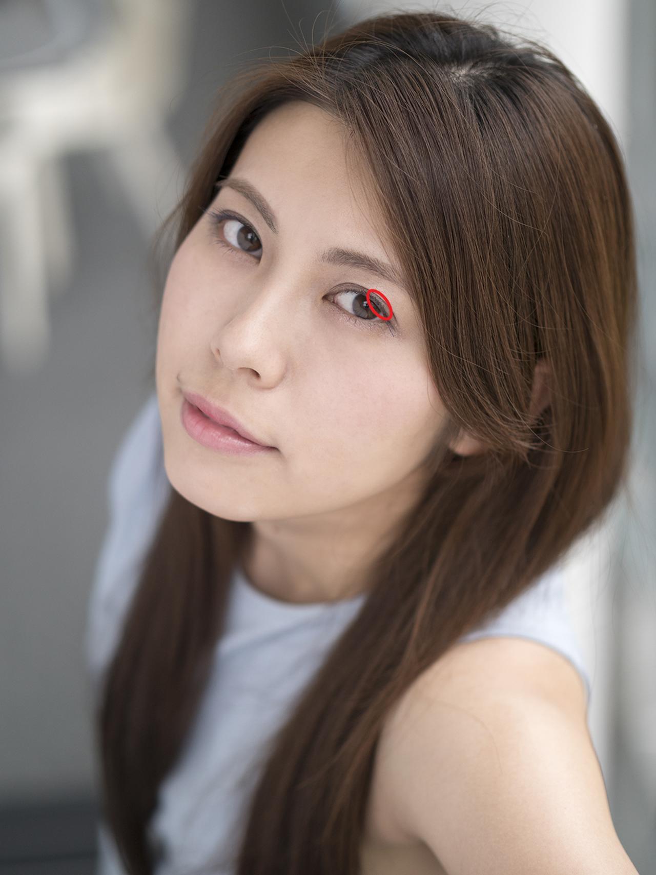 画像: 赤い丸で囲んだカメラに近いほうのモデルの左目の、上まつ毛の根元にピントを合わせています