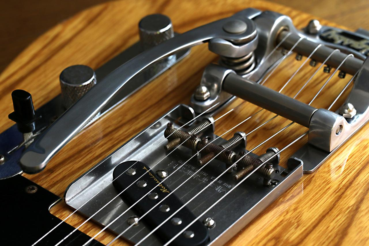 画像: F5.6 1/125秒 マイナス1.3露出補正 ISO500 自慢のギター群ですから、そら、何本も取っ替え引っ替え、アングルも変えて撮りましたよ。んでも、ほぼ全滅。手持ちはキツイかったっすね。