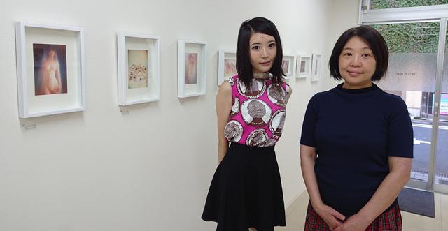画像: 「人数が多い作品もありますが、みなさん協力的で撮影はそれほどたいへんではありませんでしたよ」と七菜乃さん(写真左)。右の方は神保町画廊の佐伯さん。●開廊時間:13~19時 (月曜、火曜休廊) www.diamondblog.jp