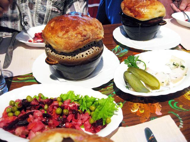 画像: ロシア料理に舌鼓。他にジョージア料理など日本ではお目にかかれない料理も。