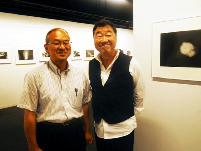 画像: 左が作者の平林さん。右は写真家・山岸 伸氏。