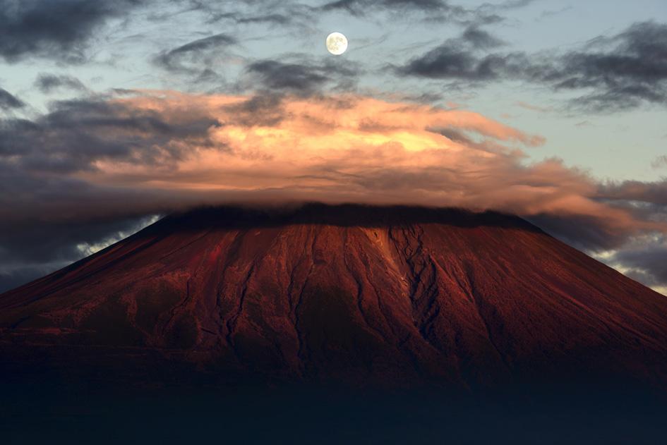 画像: 第3位 作品名:赤富士上の月 ●中澤 隆氏