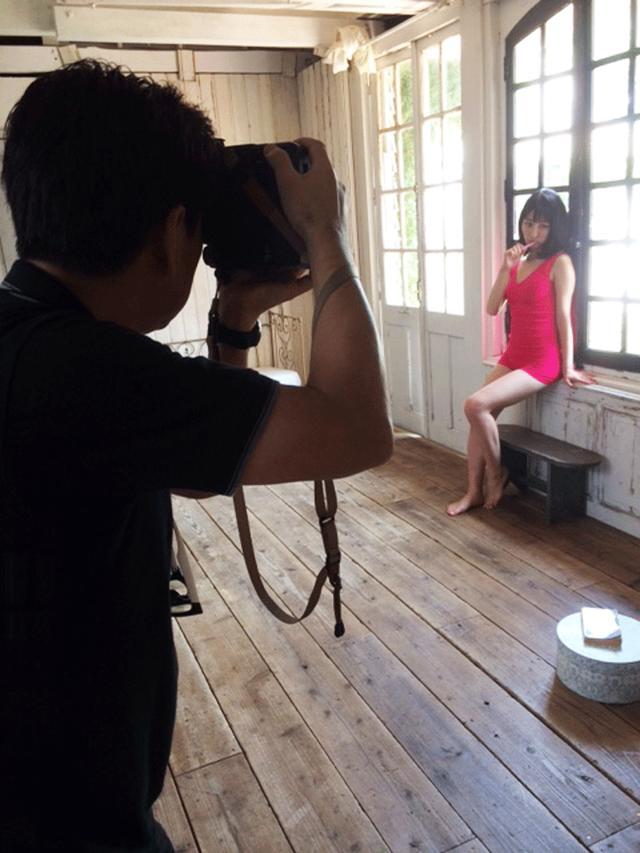 """画像: モデルに歯磨きをさせ""""家でくつろぐ感""""を出さんとする写真家A氏。"""