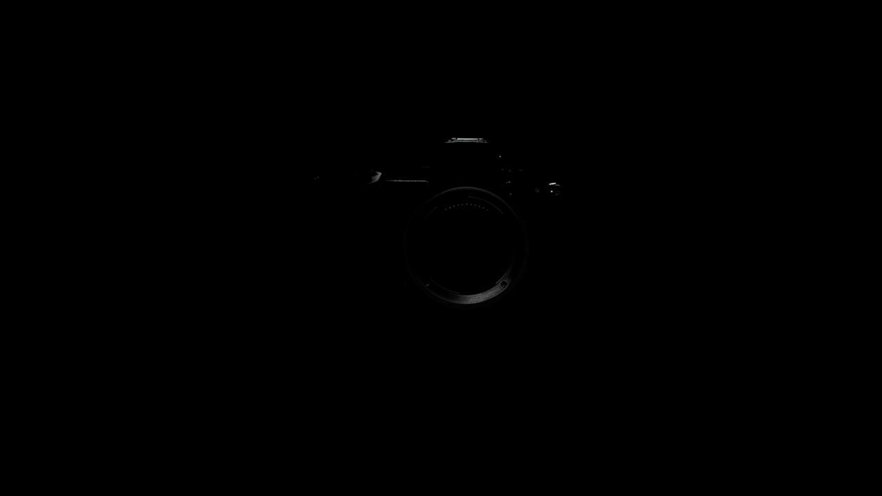 画像: 動画の最後に新ミラーレス機と思われるカメラが現れる。