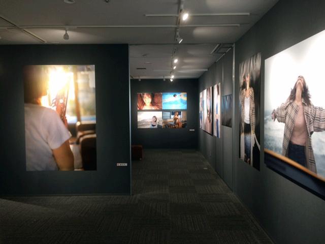 画像: 藤里一郎×才恵加 写真展『DAYS』は8月16日(木)まで開催されています。才恵加さんは、2017年にメジャー・デビューを果たしたプロの美人サックス奏者です!!