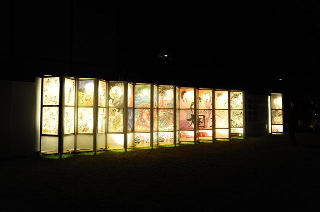 画像: アーティスト行燈展:プロの作家による大型の屏風型の行燈等が並びます