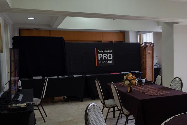 画像: ▲ジャカルタ市内、関係者も多く滞在するホテルの一室にサポートデポを開設したソニー。