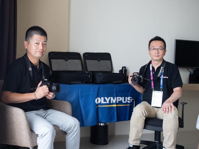 画像: ▲堀川健太さん(左)は大会前半のサービスエンジニアをつとめ、田中伸顕さん(右)は全日程を通して報道関係者をサポートする。