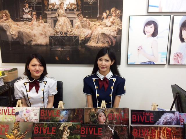 画像: 右はHASEO氏のアシスタント&カメラマンの吉川みなさん。1Fでは写真集を始め、物販もしています。